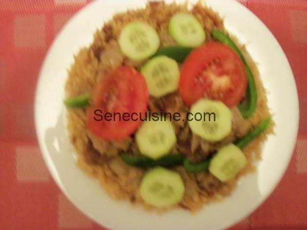 Assiette de Thiebou Yapp avec sauce et crudités