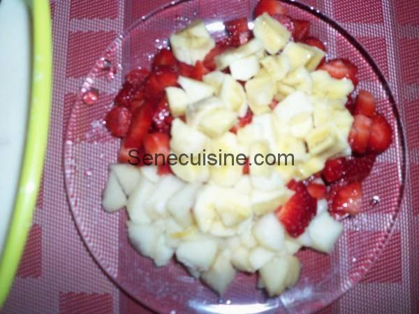 Morceaux de fraises banane et poire pour salade de fruits