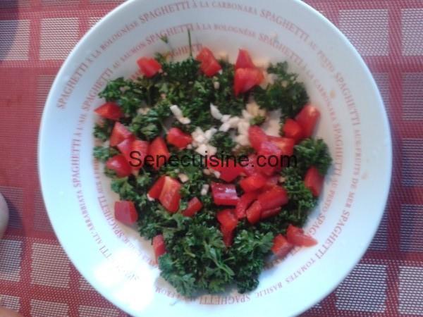 Ail persil poivron haché pour boulettes à la sauce tomate