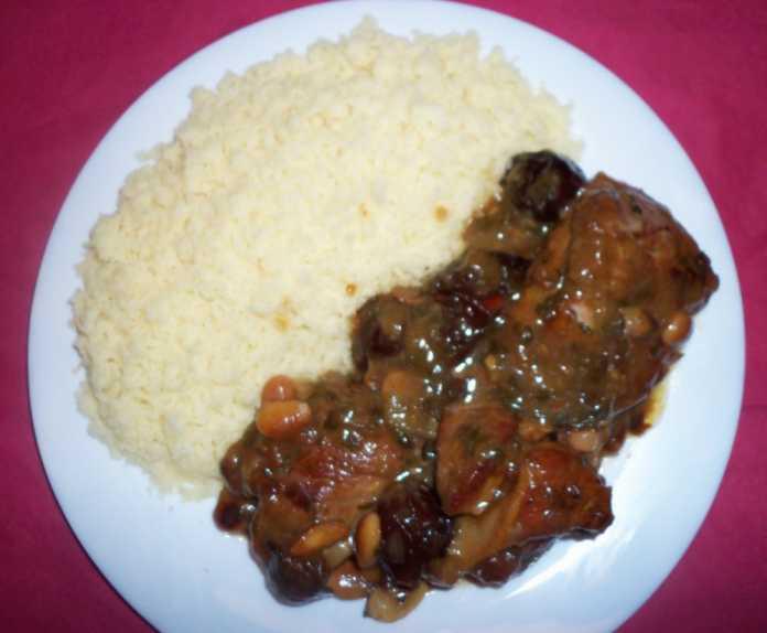 Assiette de tajine d'agneau avec du couscous