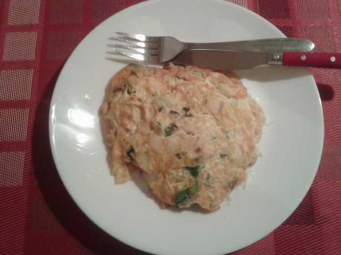 Omelette aux oignons, champignons et poivrons