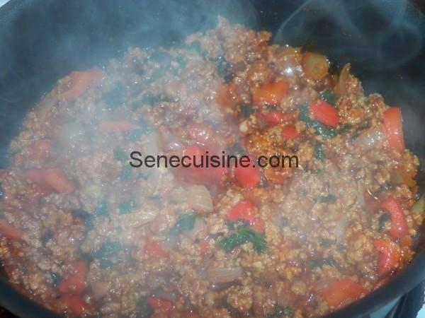 Viande hachée et tomate en cuisson pour Chili con carne