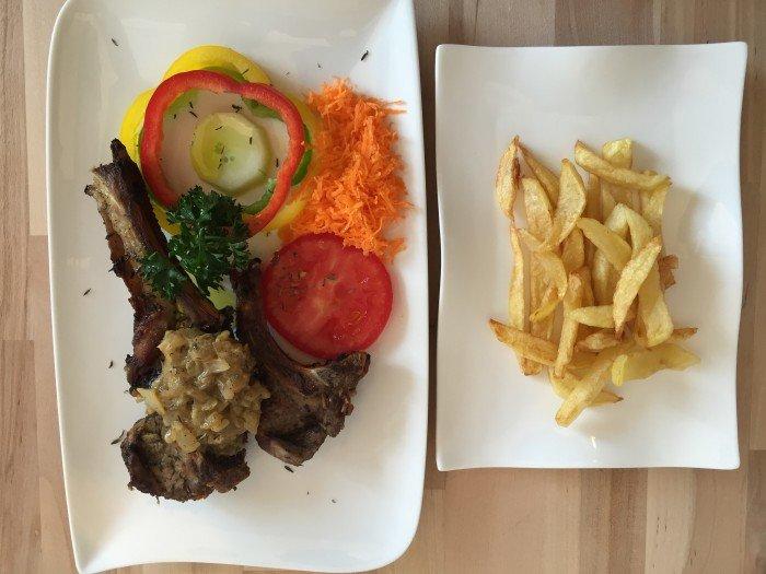 cotelettes-agneau-grillees-et-frites